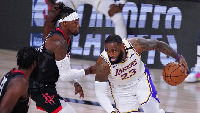 Pebasket Los Angeles Lakers, LeBron James, berusaha melewati pebasket Houston Rockets pada gim kelima semifinal wilayah barat, Minggu (13/9/2020). Lakers menang dengan skor 119-96. (AP Photo/Mark J. Terrill)