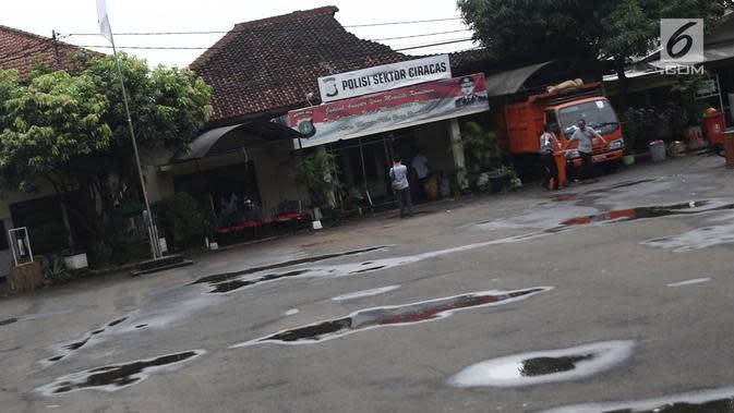 Kondisi Polsek Ciracas seusai insiden perusakan dan pembakaran oleh sekelompok massa di Jakarta, Rabu (12/12). Polsek Ciracas dibakar oleh 150 orang yang diduga tidak puas dengan pengusutan pengeroyokan anggota TNI. (Liputan6.com/Herman Zakharia)