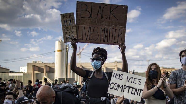 Pengunjuk rasa mengangkat spanduk bertuliskan Black Lives Matter, atau nyawa orang kulit hitam penting, dalam demonstrasi di Paris, Prancis
