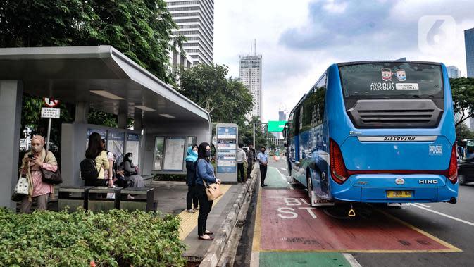 Sejumlah pekerja menunggu bus Transjakarta di Halte Dukuh Atas, Jakarta, Senin (14/9/2020). Selama PSBB, Pemprov DKI Jakarta mewajibkan perusahaan nonesensial untuk membatasi 25 persen dari total pekerja yang bekerja di kantor guna memutus penyebaran Covid-19. (merdeka.com/Iqbal S. Nugroho)