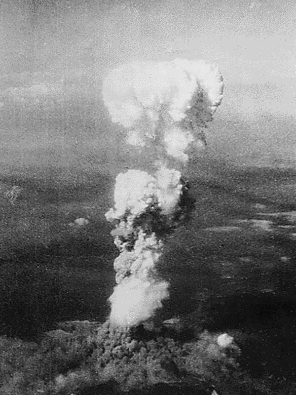 Asap mengepul 20 ribu kaki di atas Kota Hiroshima setelah bom atom pertama dijatuhkan oleh Angkatan Udara AS B-29 pada 06 Agustus 1945. Serangan bom atom AS menewaskan 140.000 orang di Hiroshima dan 70.000 lebih di Nagasaki. (AFP PHOTO / Arsip Nasional)