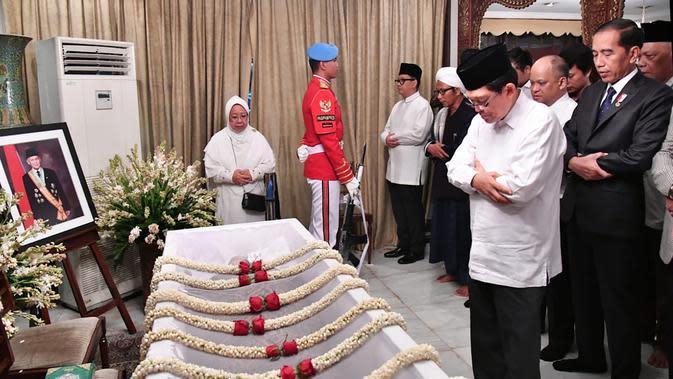 Anak BJ Habibie Timbun Jenazah Sang Ayah di TMP Kalibata