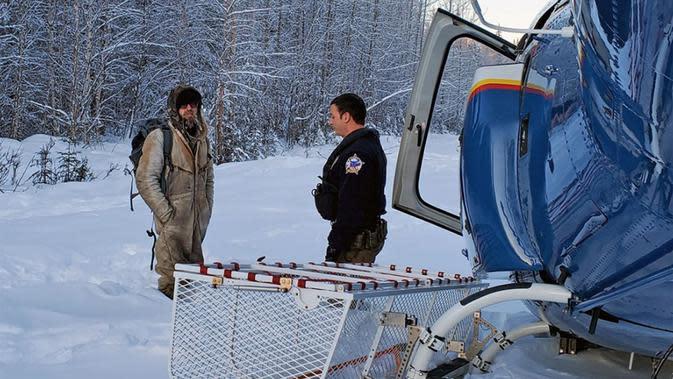Tyson Steele (kiri) berbicara dengan petugas Zac Johnson (kanan) setelah terdampar di hutan belantara selama 23 hari. (Liputan6/Alaska State Troopers)