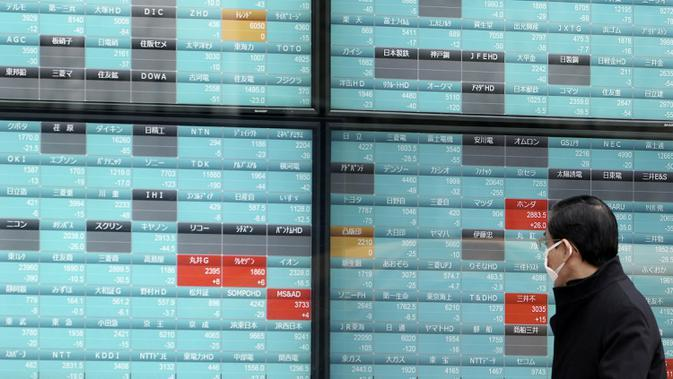 Seorang pria melihat layar monitor yang menunjukkan indeks bursa saham Nikkei 225 Jepang dan lainnya di sebuah perusahaan sekuritas di Tokyo, Senin (10/2/2020). Pasar saham Asia turun pada Senin setelah China melaporkan kenaikan dalam kasus wabah virus corona. (AP Photo/Eugene Hoshiko)