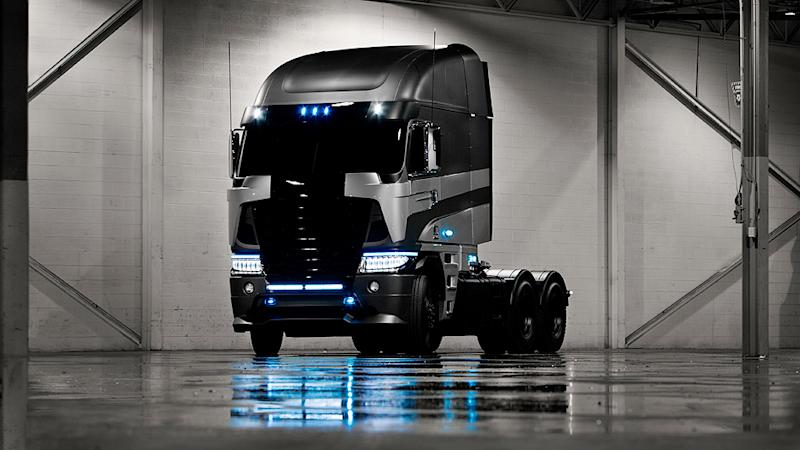 Michael Bay Reveals Freightliner Truck For 'Transformers 4′