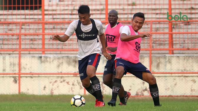 Rizky Dwi Febrianto dkk. berlatih menggunakan teknologi GPS Sports. (Bola.com/Aditya Wany)