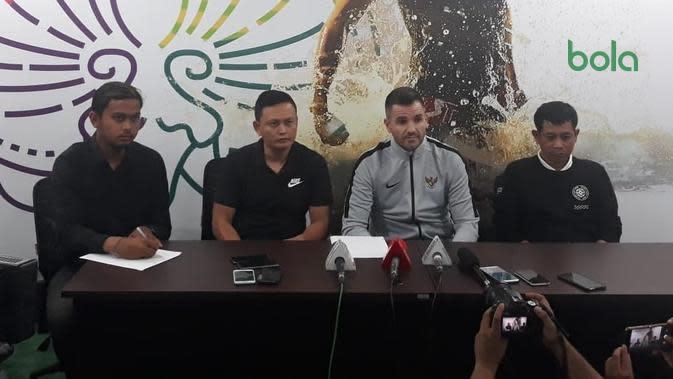 Simon McMenemy bersama dua asisten pelatih Timnas Indonesia, Yeyen Tumena dan Joko Susilo. (Bola.net/Fitri Apriani)