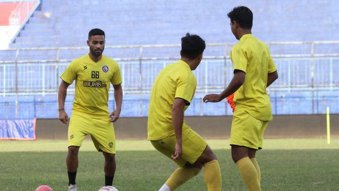 Bruno Smith jalani latihan perdana bersama Arema, Senin (5/10/2020) sore waktu setempat. (Iwan Setiawan/Bola.com)