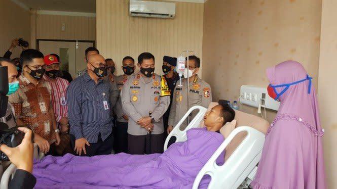 Kapolda Metro Jaya Tengok Korban Demo UU Ciptakerdi RS