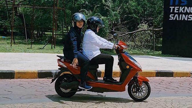 Top 3 Surabaya: 6 Potret Wali Kota Risma Naik Motor Listrik
