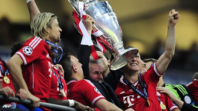Pelatih Bayern Muenchen Jupp Heynckes mengangkat Trofi Liga Champions di Stadion Wembley, London pada 25 Mei 2013. (AFP/Glyn KIRK)
