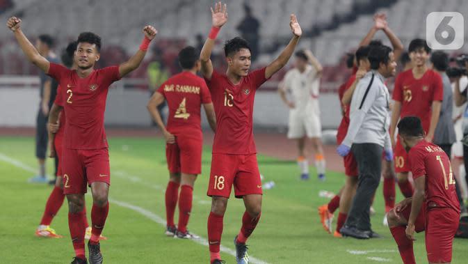 Pemain Timnas Indonesia U-19 merayakan hasil imbang melawan Korea Utara pada laga kualifikasi Grup K Piala AFC U-19 2020 di Stadion Utama Gelora Bung Karno, Jakarta, Minggu (10/11/2019). Indonesia lolos ke putaran Piala AFC U-19 2020 di Uzbekistan. (Liputan6.com/Helmi Fithriansyah)