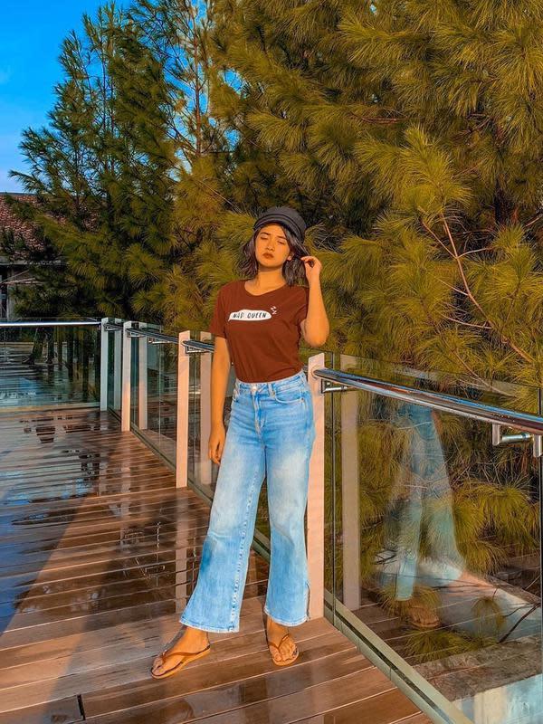 Berlibur merupakan momen santai untuk melepas penat. Nadya Arina kali ini memilih tampil dengan gaya simpel. Kaus berwarna coklat ia padukan dengan celana jeans. Tak hanya itu, ia terlihat santai dengan sandal jepit. (Liputan6.com/IG/@nadyaarina)