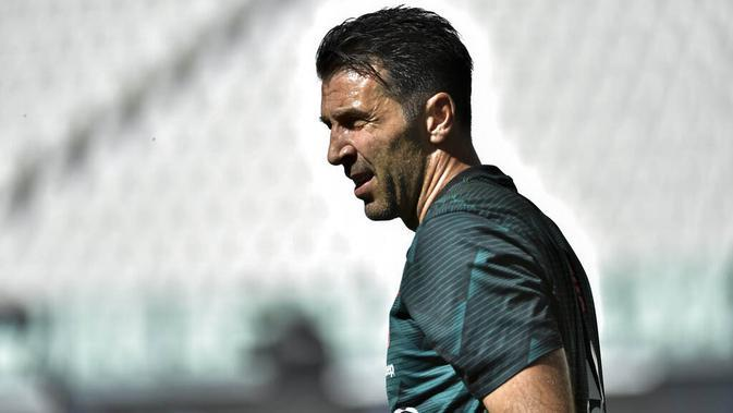 Kiper Juventus, Gianluigi Buffon, saat melawan Torino pada laga Serie A di Stadion Allianz, Turin, Sabtu (4/6/2020). Juventus menang 4-1 atas Torino. (AP/Marco Alpozzi)
