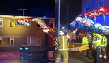 英國最胖男人!困家中5年外出就醫…出動「巨型吊車」拆窗救援