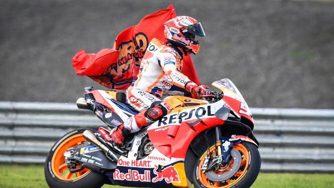 Pembalap Repsol Honda Marc Marquez merayakan kemenangannya pada balapan MotoGP Thailand 2019 di Chang International Circuit, Buriram, Minggu (6/10/2019). Dengan hanya menyisakkan empat seri tersisa di depan, Marquez sudah tidak mungkin dikejar oleh pembalap lainnya. (Lillian SUWANRUMPHA/AFP)