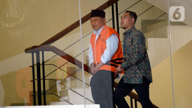 Bupati Sidoarjo Saiful Ilah (kiri) saat akan menjalani pemeriksaan perdana pascaterjaring OTT di Gedung KPK, Jakarta, Jumat (17/1/2020). Saiful diperiksa sebagai tersangka terkait dugaan menerima suap dalam proyek infrastruktur di Dinas PUPR Kabupaten Sidoarjo. (merdeka.com/Dwi Narwoko)