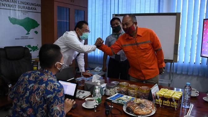 Staf Ahli Menteri Bidang Ekonomi Kesehatan Kementerian Kesehatan RI H. M. Subuh ikut menyerahkan 26 bantuan ventilator untuk 15 rumah sakit di Jawa Timur dan kunjungan ke Balai Teknik Kesehatan Lingkungan Surabaya, Rabu (16/9/2020). (Kementerian Kesehatan)