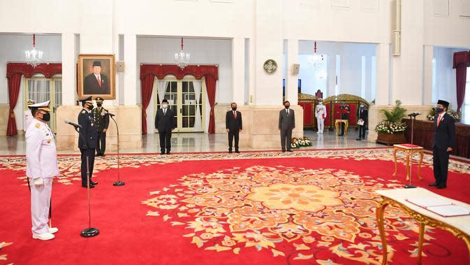 Presiden Joko Widodo memimpin upacara pelantikan Kepala Staf Angkatan Laut (KSAL) dan Kepala Staf Angkatan Udara (KSAU) di Istana Negara, Rabu (20/5/2020). Jokowi resmi melantik Laksamana TNI Yudo Margono sebagai KSAL dan Marsekal TNI Fadjar Prasetyo sebagai KSAU (ANTARA FOTO/Hafidz Mubarak A/POOL)