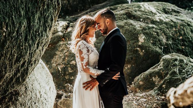 Ilustrasi menikah. (Photo by Vitor Pinto on Unsplash)