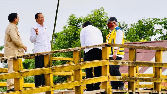 Presiden Joko Widodo (kedua kanan) berbincang dengan Menteri Pertahanan Prabowo Subianto (kiri) saat meninjau lahan yang akan dijadikan