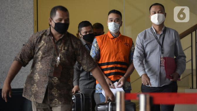 Menantu mantan Sekretaris MA Nurhadi, Rezky Hebriyono (tengah) memakai rompi tahanan usai ditangkap KPK di Gedung KPK, Jakarta, Selasa (2/6/2020). KPK menangkap Nurhadi beserta menantunya terkait kasus dugaan suap gratifikasi pengurusan perkara di MA Tahun 2011-2016. (merdeka.com/Dwi Narwoko)