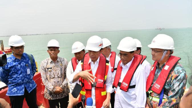 Staf Khusus Presiden, Andi Taufan Garuda Putra (kemeja biru) mendampingi Jokowi saat kunjungan ke Subang. (Laily Rachev/Biro Pers Sekretariat Presiden)