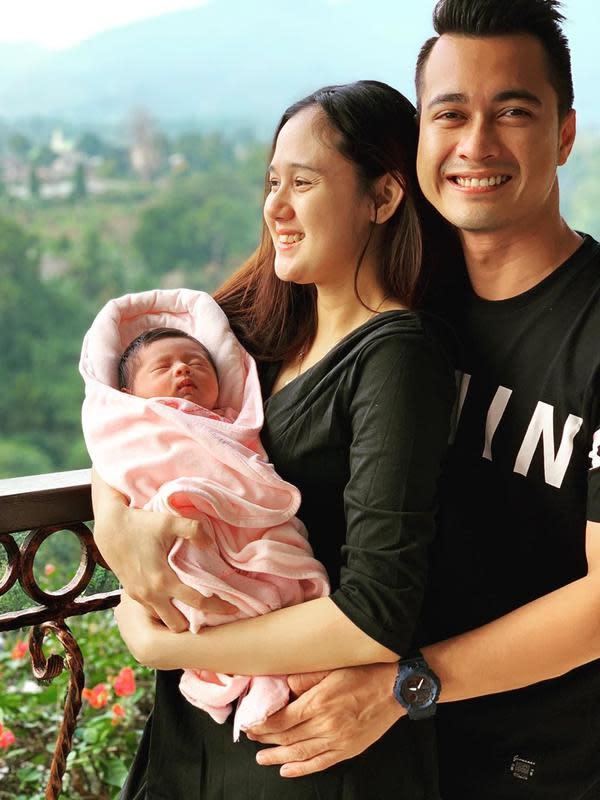 Potret Keluarga Kecil Eza Gionino dan Meiza Aulia. (Sumber: Instagram.com/ma_coritha)