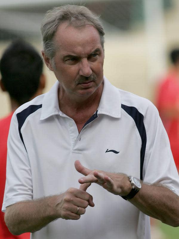 Pelatih Timnas Vietnam Alfred Riedl memberi isyarat saat berbicara dengan para pemainnya selama sesi latihan di Stadion Royal Army, Bangkok, 19 Juli 2007. Riedl dikenal sukses melatih beberapa negara Asia Tenggara seperti Laos dan Vietnam. (AFP PHOTO/Pornchai KITTIWONGSAKUL)