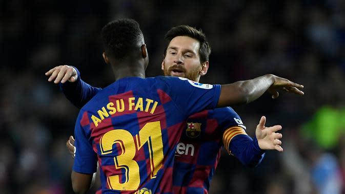 Dua penyerang Barcelona, Ansu Fati dan Lionel Messi, merayakan gol ke gawang Levante. Barcelona menang 2-1 dalam pertandingan jornada 22 La Liga di Camp Nou, Senin (3/2/2020) dini hari WIB. (Lluis Gene/AFP)