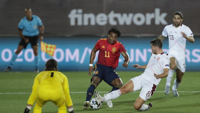 Penyerang Spanyol, Adama Traore berusaha melewati pemain Swiss, Remo Freuler pada pertandingan UEFA Nations League di Alfredo Di Stefano, Madrid, Spanyol (10/10/2020). Madrid menang tipis atas Swiss 1-0. (AP Photo/Manu Fernandez)