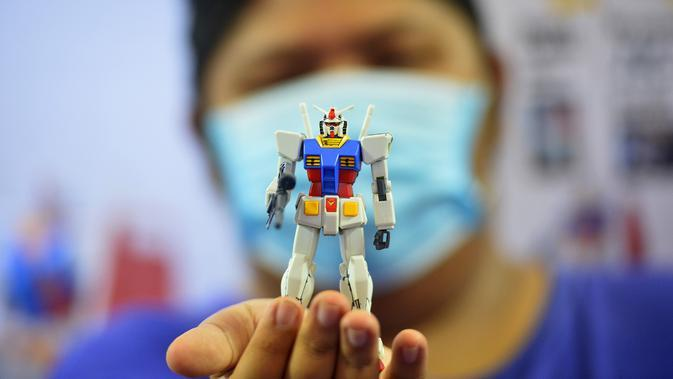 Seorang pelanggan menunjukkan sebuah model robot mainan Gundam di mal Siam Paragon di Bangkok, Thailand (24/9/2020). Pameran tersebut dibuka pada Kamis (24/9) di mal Siam Paragon dan akan berlangsung hingga 4 Oktober mendatang. (Xinhua/Rachen Sageamsak)