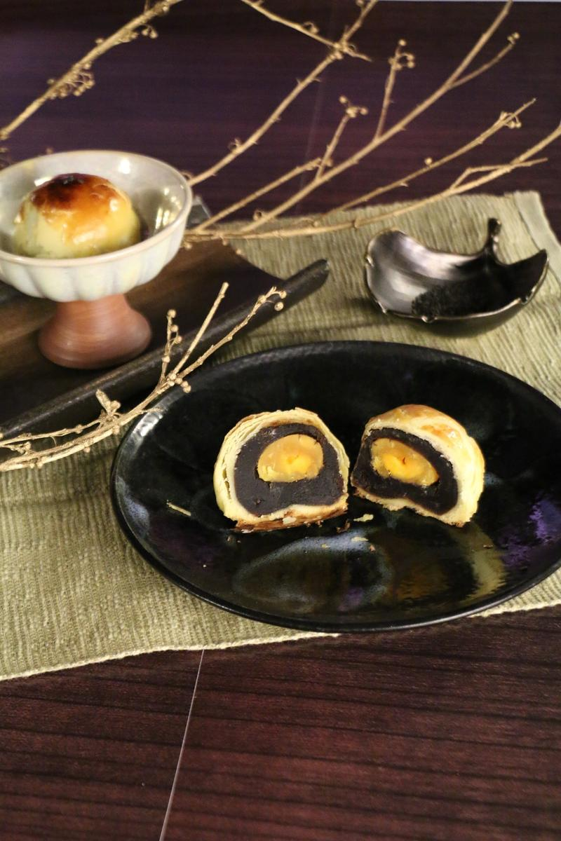 星享道酒店的中秋禮盒,是以台灣新銳藝術家作品延伸出成熟的珠寶盒,內裝如同珠寶般的人氣蛋黃酥,星享道酒店/提供