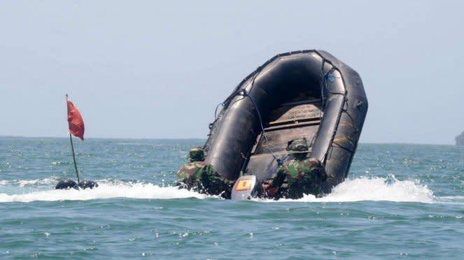 VIVA Militer: Pasukan Brigif 2 Marinir Latihan Adu Cepat dengan Perahu Karet