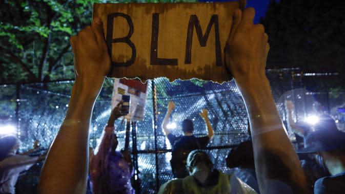 Demonstran memprotes atas kematian George Floyd di dekat Gedung Putih di Washington, AS (4/6/2020). George Floyd, seorang pria kulit hitam meninggal setelah ditahan oleh petugas kepolisian Minneapolis pada 25 Mei. (AP Photo/Alex Brandon)