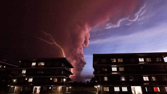 Gunung Taal di Filipina meletus. Awan panas menjulang di langit. Dok: KBRI Manila