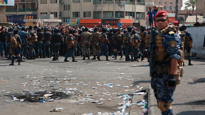 Pasukan keamanan Irak mencegah demonstran antipemerintah menuju Tahrir Square di pusat Baghdad, Irak, Rabu (2/10/2019). Pasukan keamanan dan polisi antihuru-hara dikerahkan untuk menghalangi semua jalan menuju Tahrir Square. (AP Photo/Khalid Mohammed)