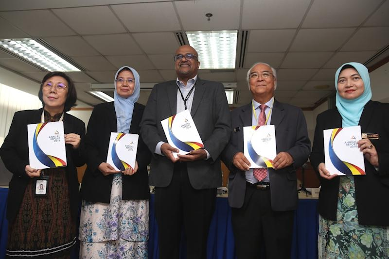 Datuk Lok Yum Pheng, Prof Datuk Aishah Bidin, Jerald Joseph, Datuk Mah Weng Kwai and Salida Suhaila Nik Saleh pose with copies of the Suhakam annual report in Kuala Lumpur April 19, 2019. — Picture by Choo Choy May