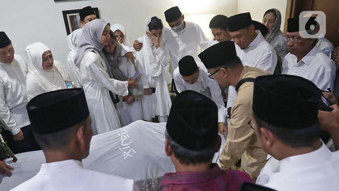 Keluarga dan kerabat berada dekat jenazah KH Salahuddin Wahid atau Gus Sholah di rumah duka, Tendean, Jakarta, Senin (3/2/2020). Pemimpin Pondok Pesantren Tebuireng tersebut meninggal pada usia 78 tahun. (Liputan6.com/Herman Zakharia)