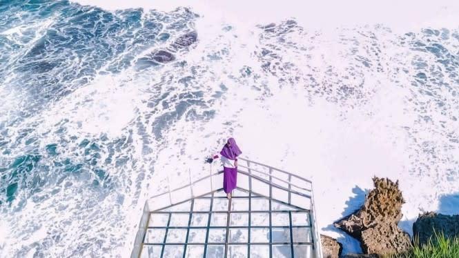 Mencoba Teras Kaca Pantai Nguluran, Membuat Adrenalin Tertantang