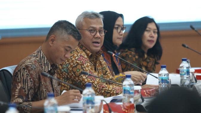 Ketua KPU Arief Budiman (kedua kiri) didampingi Komisioner KPU Wahyu Setiawan dan Evi Novida memimpin rapat Uji Publik Rancangan Peraturan KPU di Jakarta, Rabu (2/10/2019). Rapat membahas pencalonan, pembentukan dan tata kerja PPK, PPS dan KPPS dalam Pilkada 2020. (Liputan6.com/Angga Yuniar)