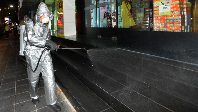 Seorang tentara berpakaian pelindung menyemprotkan disinfektan di sepanjang Jalan Silom, di Bangkok, Thailand, 19 Maret 2020. Pasukan militer dikerahkan di Bangkok untuk memberlakukan langkah-langkah disinfeksi dalam upaya mencegah dan membendung penyebaran virus corona. (Xinhua/Rachen Sageamsak)