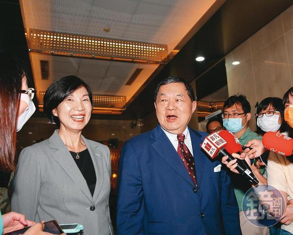 遠傳董事長徐旭東(右)指示總經理井琪(左)組6人小組,祕密拉攏亞太電信化敵為友。