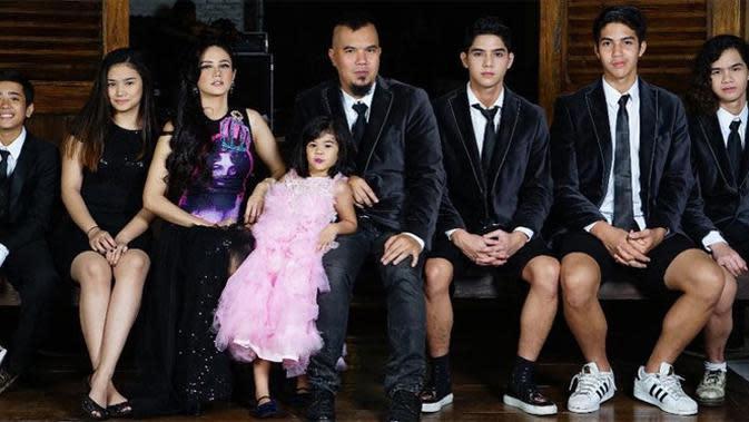 Musisi Ahmad Dhani menikah pertama dengan Maia Estianty memiliki tiga orang anak. Dari pernikahan keduanya dengan Mulan Jameela, pentolan Dewa 19 itu dikaruniai tiga anak Safeea Ahmad dan Ahmad Syailendra Airlangga. Dan satu lagi, Ahmad Hasil meninggal pada 2014.