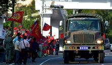 58砲指部戰術機動 民眾學生揮舞國旗加油
