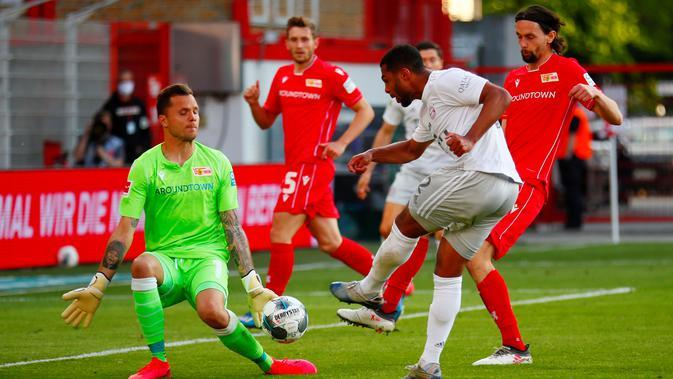 Gelandang Bayern Munchen, Serge Gnabry, melepaskan tendangan ke gawang Union Berlin pada laga Bundesliga di Alte Foersterei, Minggu (17/5/2020). Bayern Munchen menang 2-0 atas Union Berlin. (AP/Hannibal Hanschke)