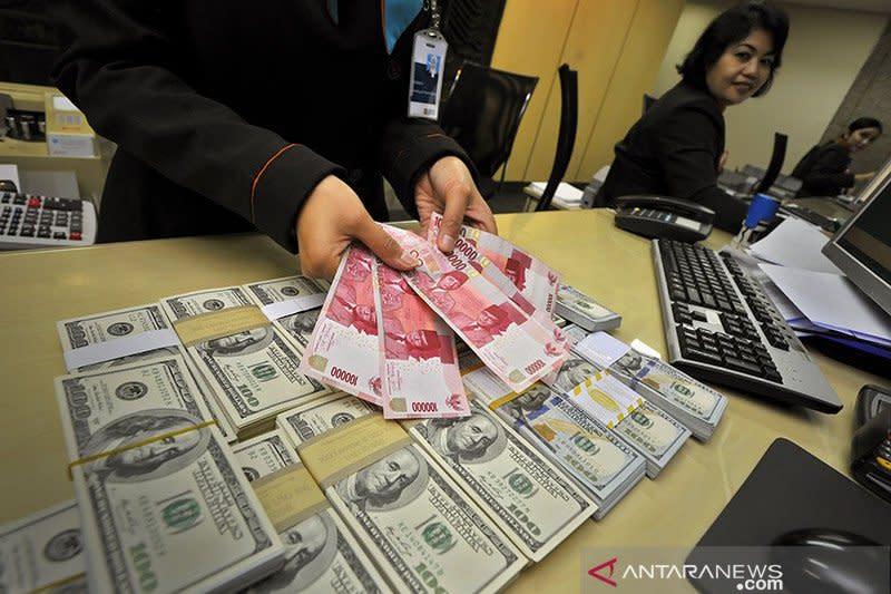 Dolar melonjak karena aset berisiko jatuh, kasus COVID-19 meningkat