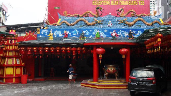 Suasana jelang perayaan Tahun Baru Imlek di Kelenteng Hian Thaian Siang Tee di Jakarta, Kamis (23/1/2020). Warga Tionghoa sibuk menghias dan membersihkan Kelenteng Hian Thaian Siang Tee jelang perayaan Tahun Baru Imlek 2020. (Liputan6.com/Johan Tallo)