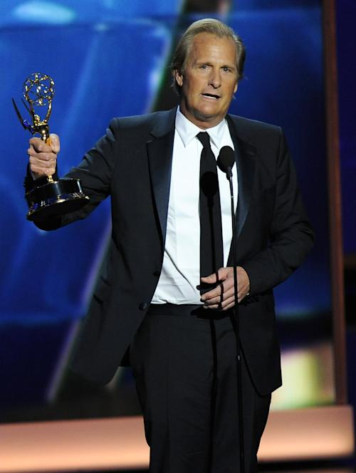 "Jeff Daniels accepts the award for outstanding lead actor in a drama series for his role on ""The Newsroom"" at the 65th Primetime Emmy Awards at Nokia Theatre on Sunday Sept. 22, 2013, in Los Angeles. (Photo by Chris Pizzello/Invision/AP)"