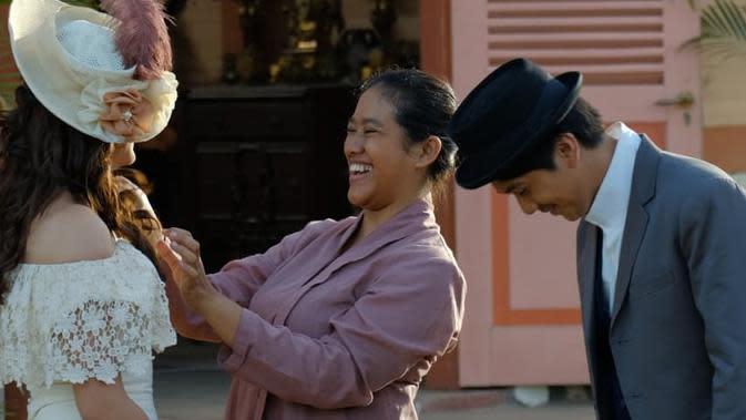 Kelima, di tahun 2019 lalu, Ozi pun ternyata ikut bermain dalam film Bumi Manusia garapan Hanung Bramantyo. Terlihat Ozi berada dalam satu frame dengan sang pemeran utama, Mawar Evade Jongh sebagai Annelies dan Iqbaal Ramadhan sebagai Minke. (Instagram/ozie_zie)
